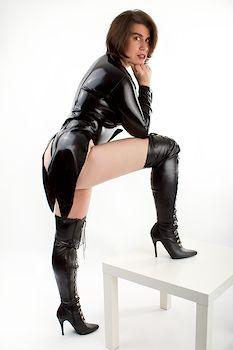 Lady Sara dominant im Latexfrack und hohen Stiefeln