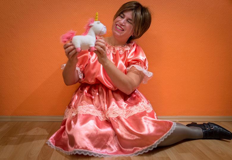 Sara im rosa Sissykleid mit Stofftier