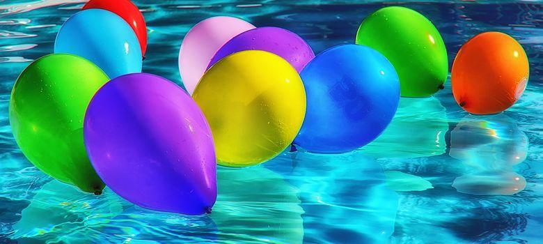 Luftballons im Wasserbad zum Looning Play