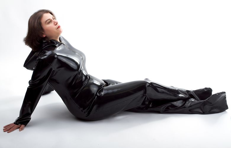 Sara im Rubber-Overall