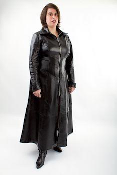 Mein Lieblings-Leder-Mantelkleid: in Fetischsessions trage ich dazu zum Beispiel eine Lederhose und lasse dann meine Subs unter den Rockteil kriechen und den Lederduft einatmen...