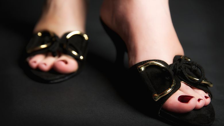 Eine elegante Pantolette - schwarzes Wildleder & Goldschnalle