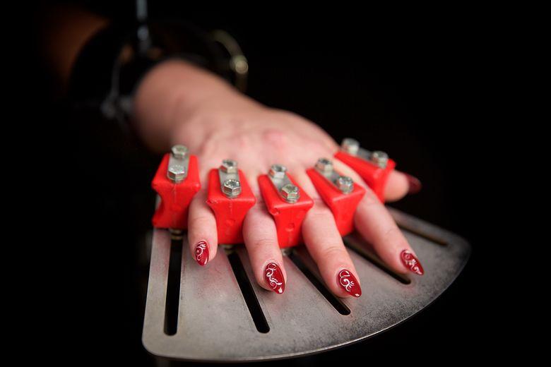 Fingerfeselung mit chirurgischem Fingerspreitzer als Sonderanfertigung am StyleFetish Defender Strafbock