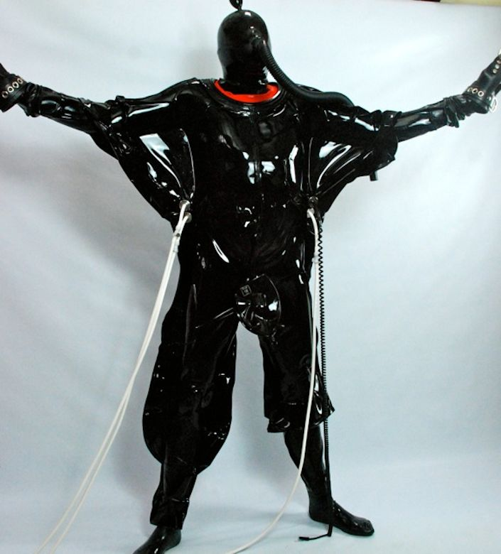 Pulsating Rubber Vacuum Suit mit Rubber Masturbation Bag von Seriouskit