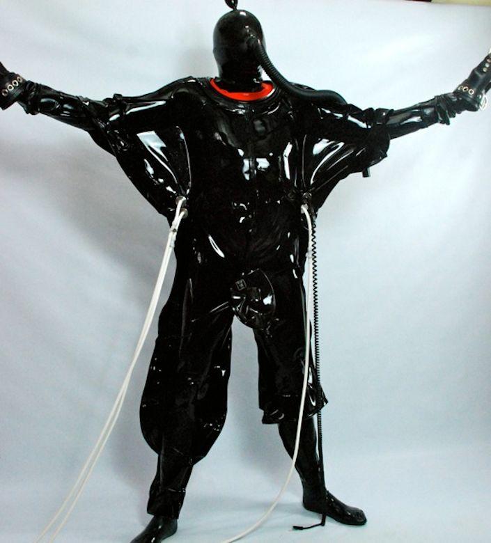 Pulsating Rubber Vacuum Suit mit Rubber Masturbation Bag von Seriouskit - jetzt bei Domina Sara in Frankfurt / Deutschland