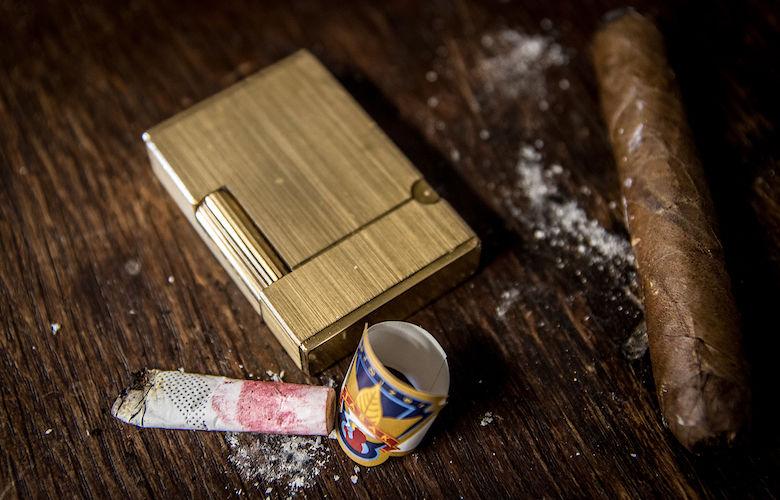 Dupont-Feuerzeug und Zigarettenstummel und Zigarre