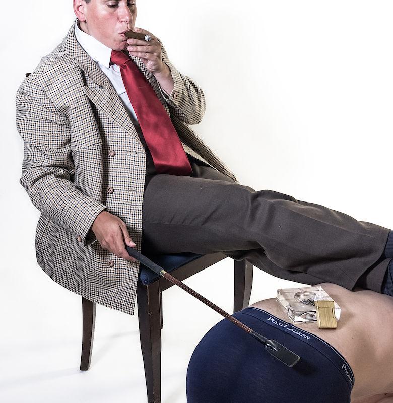 Rauchender Sir im Genderplay nutzt lebendes Moebel als Zigaretten-Tischchen
